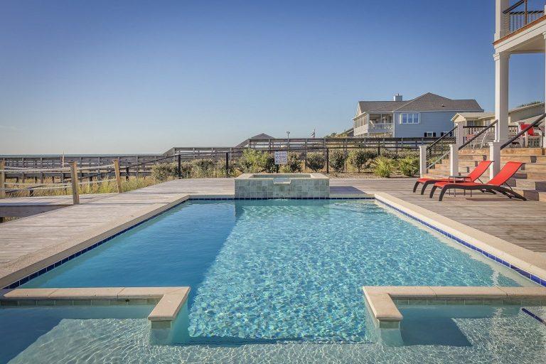 Comment poser des dalles cérames autour d'une piscine
